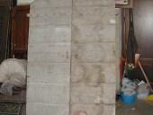 Il portone esterno prima del restauro nella vista anteriore.