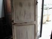 Vista posteriore della piccola porta Vecchia in Shabby Chic.