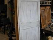 Altra vista di porta vecchia in Shabby Chic Naturale.