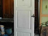 Bella porta antica finita in shabby chic con colore bianco assoluto.