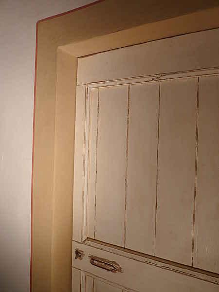 Porta vecchia in shabby collocata ed ambientata