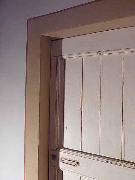 Dettaglio porta shabby restaurata, contorno e filetto.