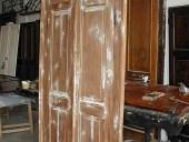 La porta antica liberty durante la fase di stuccatura e falegnameria.