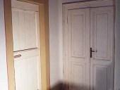 Vista completa frontale porta liberty restaurata e finita in sbabby chic bianco.