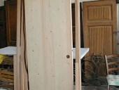 Vista retro della porta scorrevole da finire in shabby chic naturale