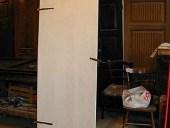 La piccola porta vecchia durante la laccatura a mano, prima dello shabby naturale.