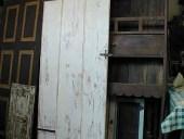 La porta in shabby chic naturale finita, nella vista posteriore.