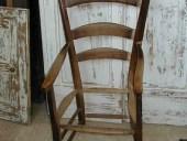 Una vecchia sedia- poltrona prima del restauro e della trasformazione in shabby