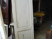 La porta trasformata in shabby chic naturale.