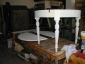 Il tavolo rotondo in fase di restauro.