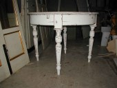 Vista inferiore tavolo rotondo finito in shabby naturale.
