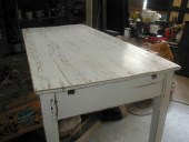 Altra vista del vecchio tavolo in shabby naturale