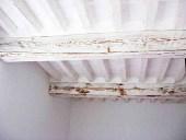 Soffitti in legno shabbi immagini; travi  bianche in shabby chic naturale