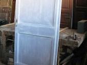Vista interna porta antica in shabby lavanda bianco