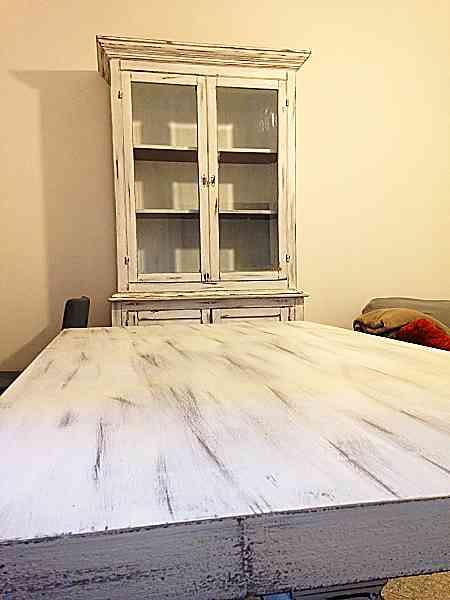 Credenza e tavolo classici trasformati in shabby chic naturale