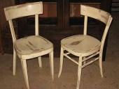 Le 2 vecchie sedie vintage in shabby chic naturale