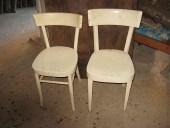 Due vecchie sedie prima di essere trasformate in shabby chic