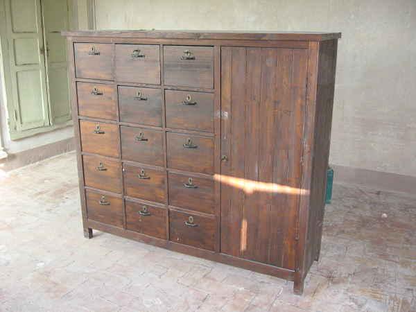 Vecchio mobile con tanti cassetti