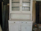 La credenza vetrina antica ultimata in shabby naturale.