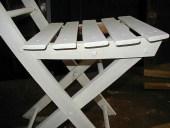 Vista sedia shabby durante la laccatura a mano