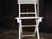 La sedia shabby durante la laccatura.