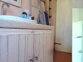 Le due antine Shabby complete di contorno collocate ed ambientate nel bagno.