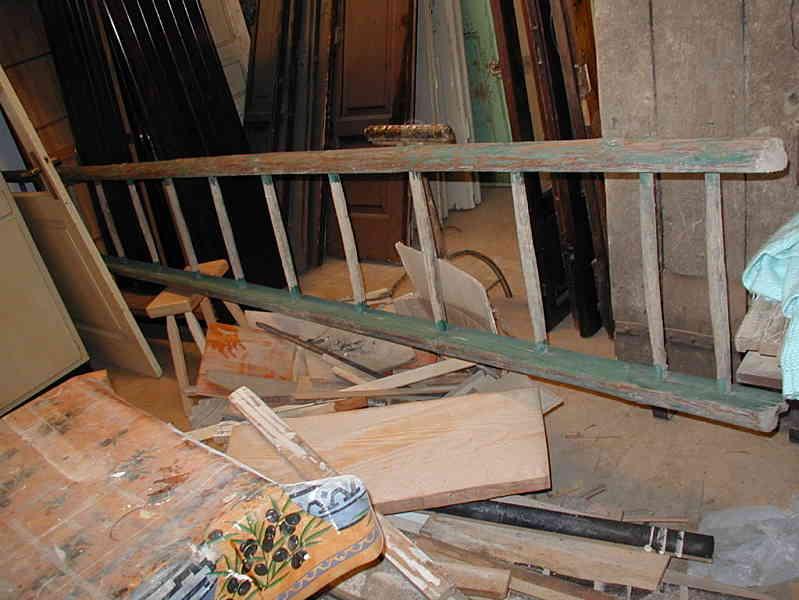La vecchia scala fatta a mano prima dell'intervento.