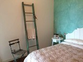Scala in shabby chic naturale collocata in un interior design