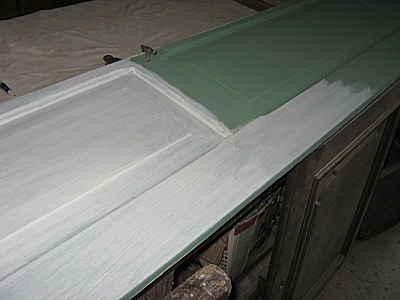 Una porta dopo la preparazione color salvia