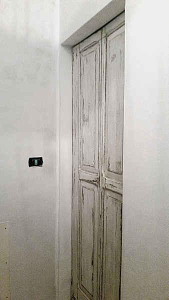 Una delle due porte in shabby collocate