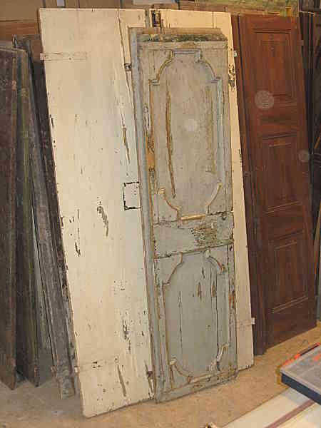Il battente di una porta antica laccata riusato come tavolo-piano-banco