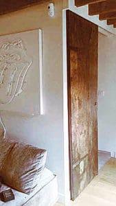 Porta antica scorrevole per arredare interni moderni