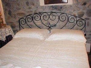 Riuso di sopraluce antico come testata del letto