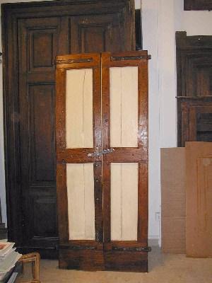 Porta antica in parte laccata ed in parte legno a vista, restaurata.