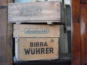Vecchie cassette in legno con marchio stampato
