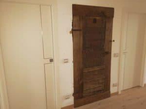 Porte antiche arredano insieme a porte moderne