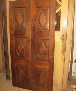 Antica porta in noce nazionale intagliata a mano a losanghe