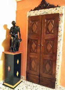 Porta antica in noce arreda interno classico contemporaneo